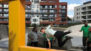 Le parkour, c'est une course d'obstacles qui mélange des sauts d'obstacle en longueur, en hauteur, tout en utilisant du mobilier urbain.
