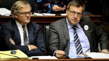 Steven Vanackere (à droite) assis aux côtés de Stefaan De Clerck (à gauche)
