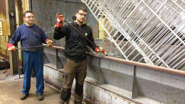 Frédéric Delizée et David Meura surveillent les opérations de galvanisation au sein de la société Galvaco à Ouffet.