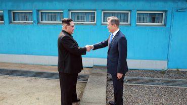 Kim Jong Un Moon Jae-in et Moon Jae-in au poste-frontière de Panmunjom en mai 2018..