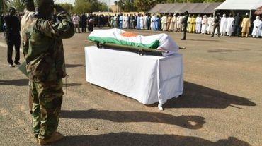 Un soldat présente ses respects à un officier tué par Boko Haram lors d'une précédente attaque dans la région de Diffa, près de la frontière entre le Niger et le Nigeria, à Niamey, le 19 mars 2016