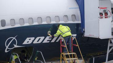 Un homme travaille sur le fuselage d'un Boeing 737 MAX 9 d'essai, le 10 mars 2019.