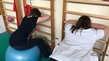 Les séances de kiné... un des moyens de réduire la douleur engendrée par la fibromyalgie. Vu la réforme du fédéral limitant le remboursement des séances, Nathalie regrette de pouvoir venir moins souvent suivre ses séances au Centre de la douleur chronique, à Mont-Godinne (UCL).