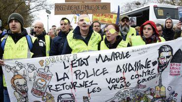 Les gilets jaunes manifestent contre les violences policières.