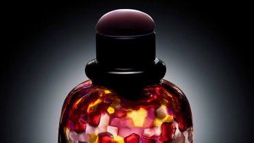 """Dix sculptures inspirées par le flacon du parfum """"Paris"""" d'Yves Saint Laurent sont proposées au prix de 6.000 euros."""