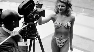 Photo prise le 05 juillet 1946 à la piscine Molitor à Paris d'une candidate à l'élection de la plus jolie baigneuse portant un bikini créé par Louis Réard