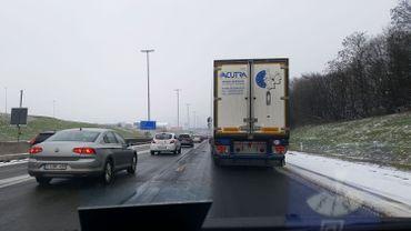 Neige ou pas, les conducteurs sont invités à adapter leur vitesse et à garder une distance de sécurité suffisante avec le véhicule qui précède