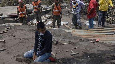 Un homme pleure devant sa maison ensevellie de cendres les membres de sa famille disparus, le 7 juin 2018 à Escuintla