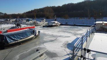 La glace qui s'accumule durant la nuit empêche les bateaux de continuer leur chemin.