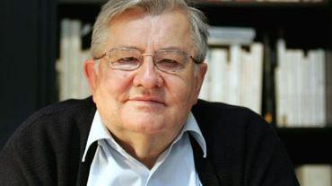 Jean-Marie Pelt, pharmacien, botaniste-écologiste-toxicologue, est photographié avec un de ses ouvrages, dans son bureau à l'Institut Européen d'Ecologie qu'il préside, le 29 janvier 2007 à Metz.