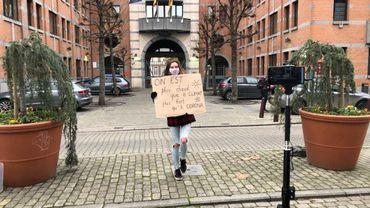 Adélaïde Charlier devant l'Elysette pour la manifestation pour plus d'actions pour le climat