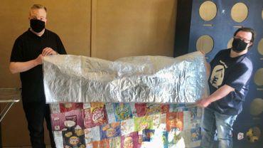 les résidents des Liserons fabriquent des couvertures avec des emballages de chips