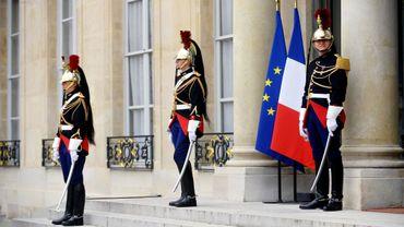 Montres, mugs et macarons: la présidence française lance sa marque.