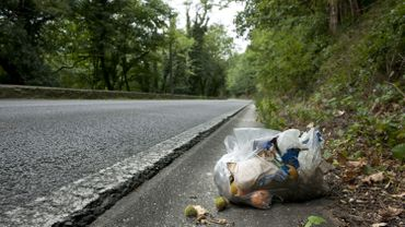 Certains automobilistes laissent toujours leurs déchets le long des routes.