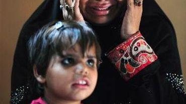 Nazia, la femme d'un ouvrier du textile mort dans l'incendie de l'usine Ali Enterprises le 11 septembre 2012, pleure en racontant son témoignage le 12 novembre 2014 à Karachi, au Pakistan