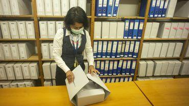 Une employée des archives de l'OSCE, le 16 juin 2020 à Prague