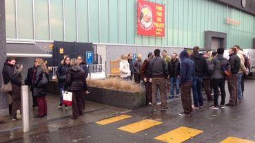 Après la fermeture du Brico Plan It peu avant 14H00 ce mardi, une trentaine de travailleurs sont restés sur place devant les portes fermées du magasin
