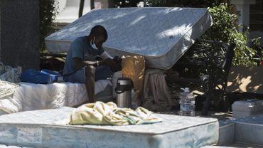 Pour protester et exiger un toit, les saisonniers provenant d'Afrique subsaharienne dorment sur la place de la mairie de Lepe, petite ville andalouse.