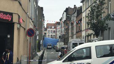 La scène de crime se trouve derrière la bâche bleue, rue Linné, à Schaerbeek.