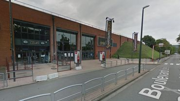 """Deux militaires sont postés devant le cinéma """"Cinépoint"""" situé Boulevard des Gérardchamps."""