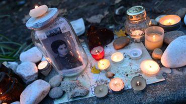 Bougies déposées devant le futur monument à l'Holocauste