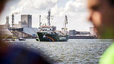 Le navire Arctic Sunrise de Greenpeace, arraisonné il y a un an par les autorités russes, a été mis sous séquestre par les autorités espagnoles pour s'être approché d'un navire de la compagnie pétrolière Repsol dans une zone d'exclusion maritime