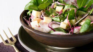Salade de betterave, fromage et poisson fumé
