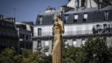 Statue de femme, affublée d'un masque, sur la place du Trocadéro à Paris, ce 8 août 2020