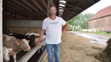A gauche sur la photo, l'étable en territoire wallon de la ferme d'Eric Van Steenkiste, et à droite, l'étable flamande. Les bovins ne peuvent pas se mélanger.