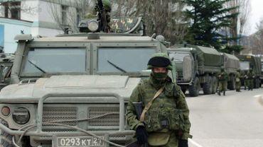 Des convois, dont les plaques d'immatriculation sont russes, se disposent en Crimée