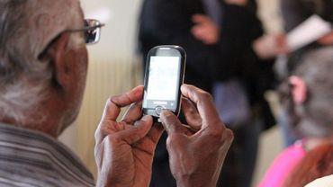 Beaucoup de personnes âgées ont des difficultés à suivre les progrès du numérique, en particulier ceux intégrés dans les téléphones portables.