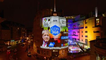 L'immeuble de la BBC pendant les élections avec une affiche montrant les sondages.