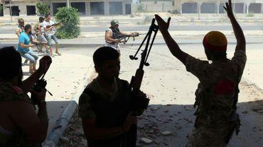 Des membres des forces du gouvernement libyen d'union nationale (GNA) lors d'échanges de tirs avec des jihadistes du groupe Etat islamique (EI) à Syrte, le 16 août 2016