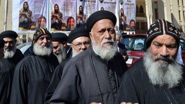 Des prêtes coptes attendent de voter pour désigner le successeur du patriarche Chenouda III, le 29 octobre 2012 au Caire