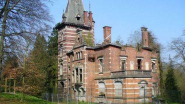 L'édifice, plus que centenaire, est situé dans le parc du même nom à Watermael, le parc Tournay Solvay.