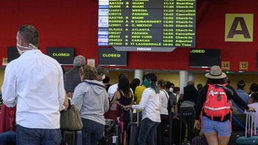 Des voyageurs attendent à l'aéroport José Marti de La Havane un vol pour rentrer dans leurs pays, le 23 mars 2020 à Cuba