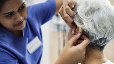 Les prothèses auditives pourraient aussi prévenir le vieillissement cérébral.