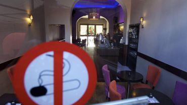 Interdiction de fumer dans les restos et cafés: bilan mitigé, selon le SDI