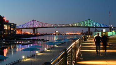 Pont Jacques Cartier, à Montréal, illuminé en hommage aux victimes du coronavirus, ce 11 avril