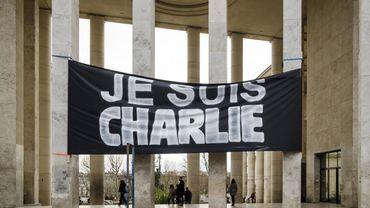 """Bannière """"Je suis Charlie"""" devant le Palais de Tokyo à Paris"""
