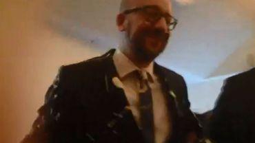 Charles Michel aspergé de mayonnaise au Cercle de Wallonie (vidéo)