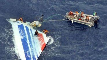 Un morceau de l'Airbus A330 d'Air France est repêché en mer