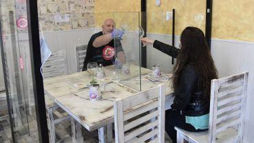Ses parois transparentes permettent d'isoler par exemple une table de quatre personnes ou d'autres plus petites et démontables de séparer des clients assis à la même table.