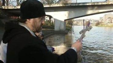 Le prêtre orthodoxe bénit les eaux de la Meuse