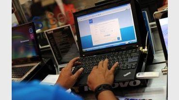 Un internaute devant son ordinateur