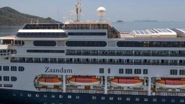 Vue du paquebot Zaandam, battant pavillon néerlandais et exploité par Holland America (groupe Carnival), le 27 mars à Panama City