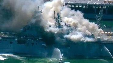 Spectaculaire incendie à bord d'un navire militaire en Californie, 17 blessés