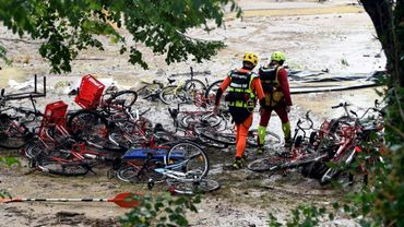 Les secours viennent à la rescousse de vacanciers menacés par la montées des eaux dans un camping de Saint-Julien-de-Peyrolas (Gard) le 9 août 2018