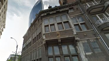 La maison Rigo contraste avec la tour des finances en arrière-plan
