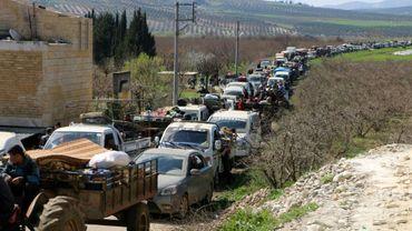Des centaines de civils syriens fuient la région d'Afrine dans le nord-ouest syrien face à l'avancée des troupes turques, le 12 mars 2018